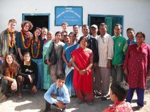Volontari con la comunità del Nepal