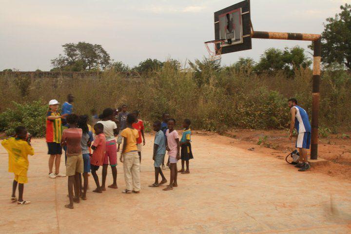Lezioni di basket in Senegal
